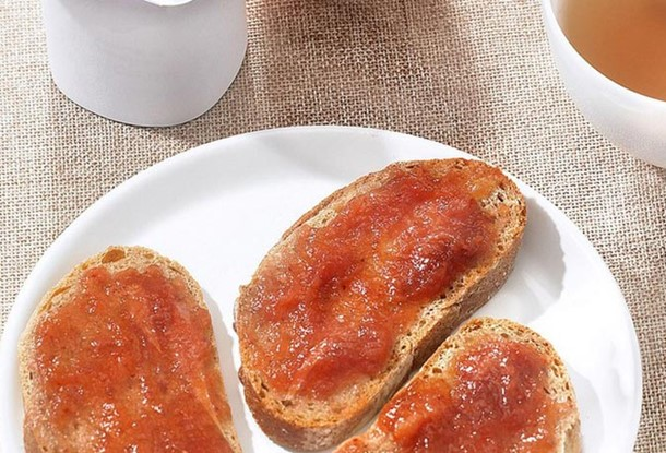 Tartine confiture, orange, yaourt.